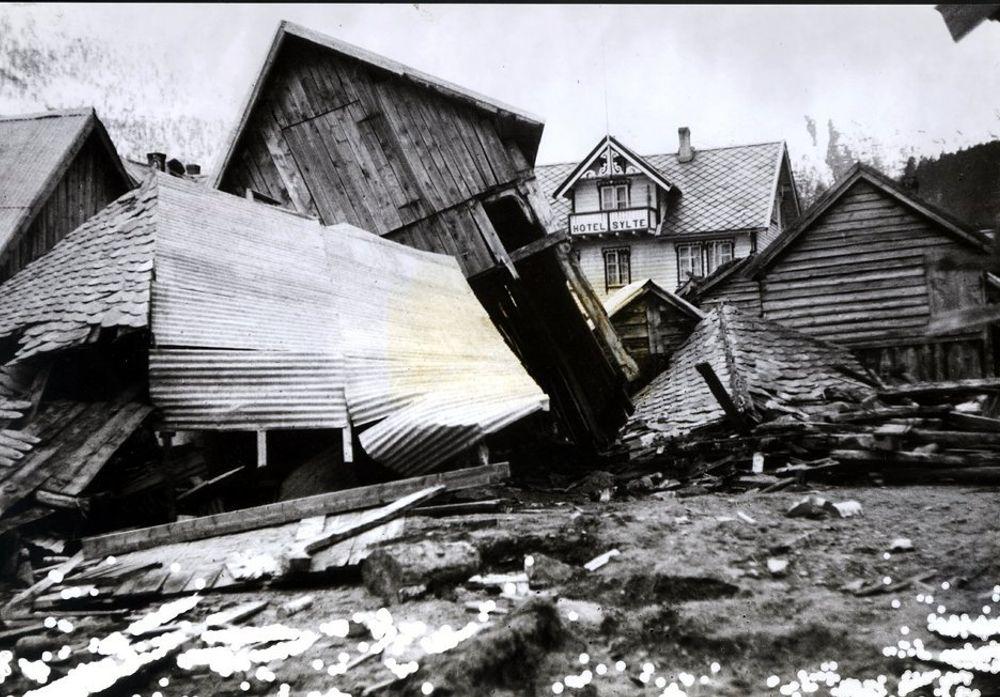 TAFJORDULYKKEN: Natten til 7. april 1934 forårsaket et stort fjellskred en flodbølge i Tafjorden. Denne raserte både bebyggelsen i Tafjord og det lille stedet Fjørå. 41 mennesker omkom. Tafjorden er en 10 km lang arm av Norddalsfjorden i Møre og Romsdal. 30 hus ble knust og totalt ødelagt.