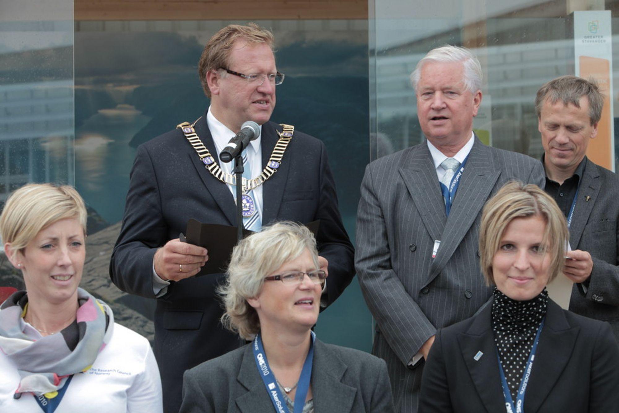 NY OG GAMMEL: Leif Johan Sevland med ordførerkjedet overtar som direktør for ONS etter Kjell Ursin-Smith våren 2012.