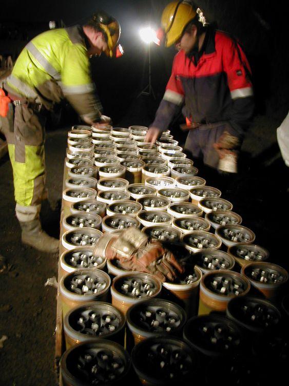 KLARGJØRES: Her er forberedelsene til destruering av klasebomber i gruven på Løkken Verk i gang.