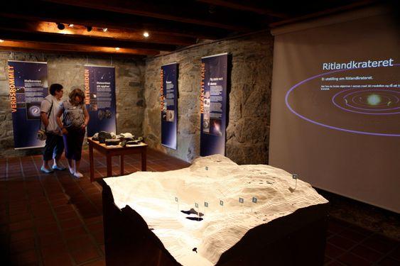 Ritlandkrateret i Hjelmelandsheiene har fått en egen utstilling i Spinneriet i Hjelmeland.