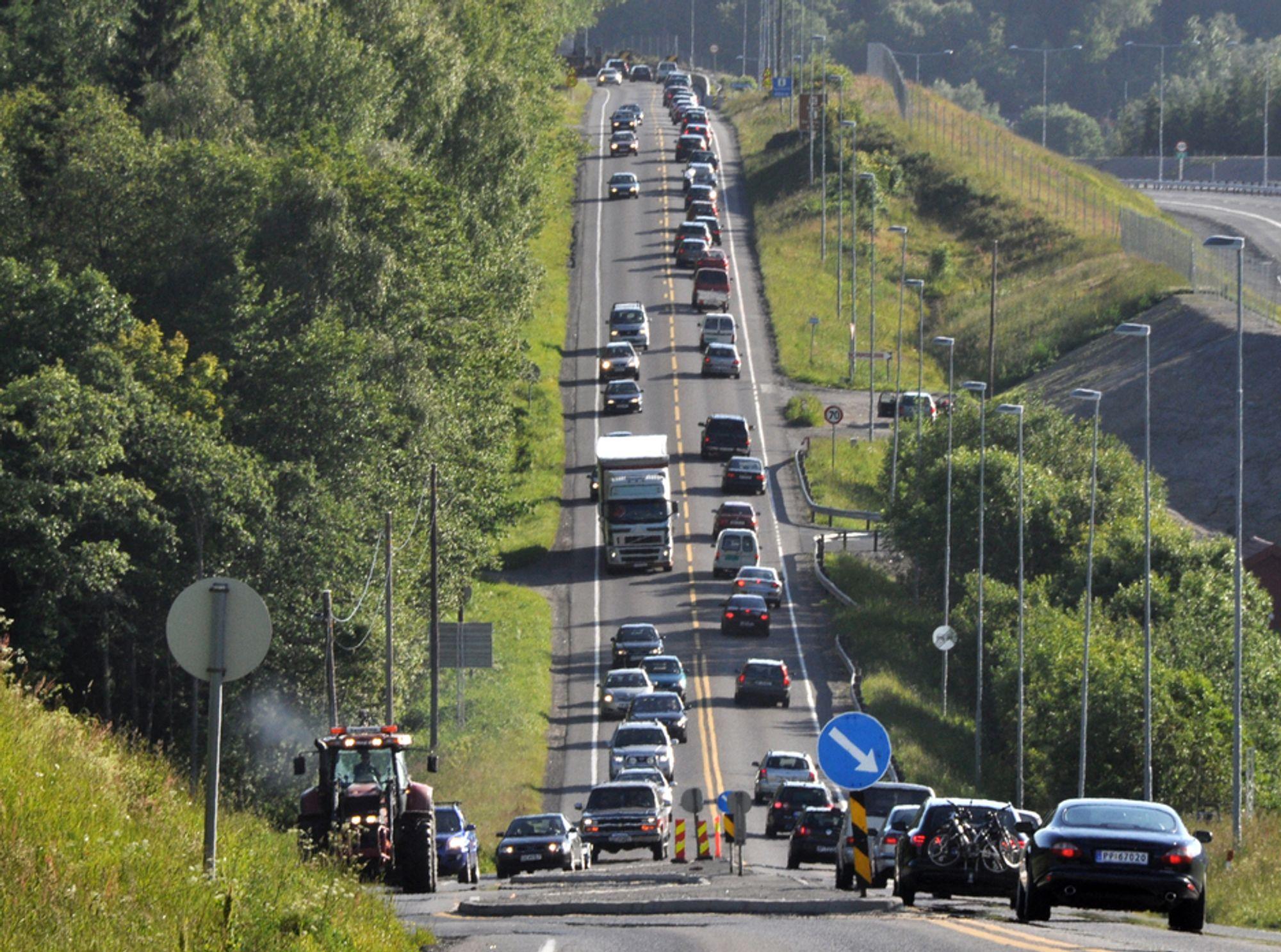 Slik så det ut på fylkesveg 256 da den het E 18 for mindre enn 14 måneder siden. Nå er trafikken redusert til en brøkdel, og kjørebanen skal snevres inn for å gi plass til et sykkelfelt på hver side.
