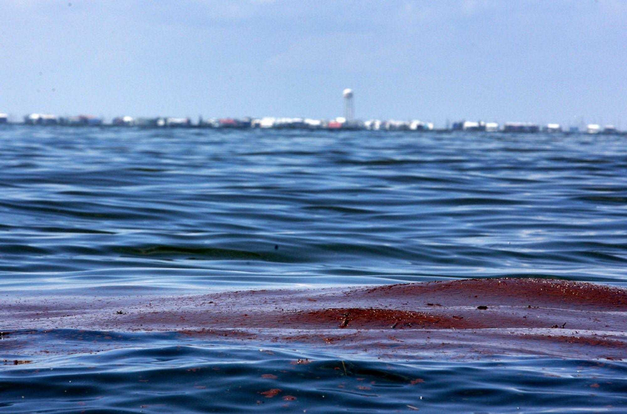 Amerikanske myndigheter anslår at mellom 75 og 120 millioner liter olje har lekket ut i Mexicogolfen etter at oljeriggen Deepwater Horizon sank 22. april. Katastrofen er for lengst større enn Exxon Valdez-utslippet i 1989, og vil få konsekvenser også i Norge, mener analytikere, bransjefolk og miljøbevegelsen.