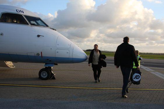 DASH 8: Newquay åpnet for sivil flytrafikk for tre år siden.  Trafikken er ikke så stor, men det er likheten med norske småflyplasser.