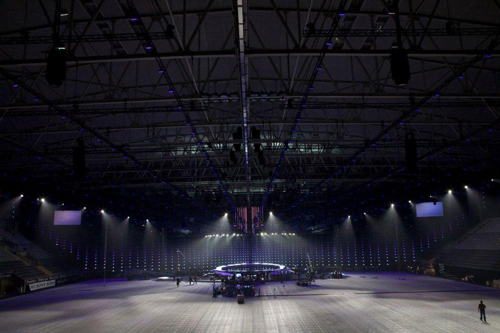 STERKT: Taket i Telenor Arena er belastet med 230 tonn ekstra under Eurovision Song Contest, og derfor har man lånt litt fra det som vanligvis er tilegnet snø. - Risikoen for snø i slutten av mai er veldig lav, sier Andreas Solberg, som tegnet taket.