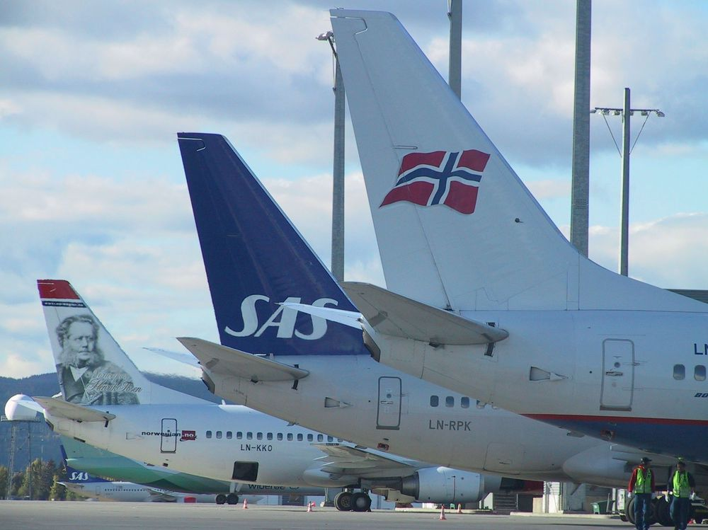Fly haler flyhale sas, braathens, norwegian logoer på fly gardermoen