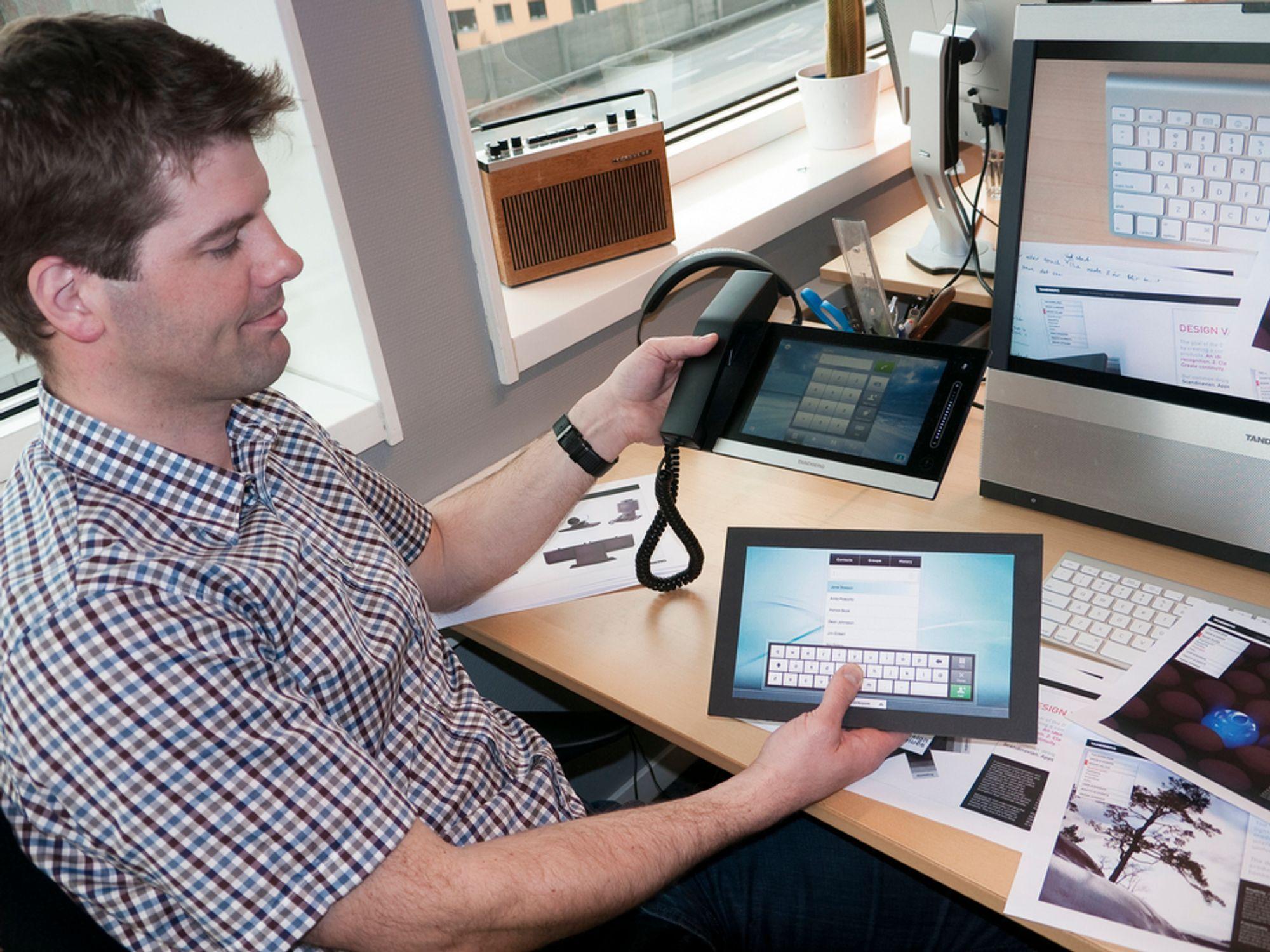 BERØRING: Designer Hallgrim Sagen har vært med på å utforme kontrollenheten InTouch, styrer alle funksjoner i systemet. Her viser han frem en realistisk modell i papp (nederst) og den endelige versjonen med en 8 tommer stor kapasitiv berøringsskjerm.