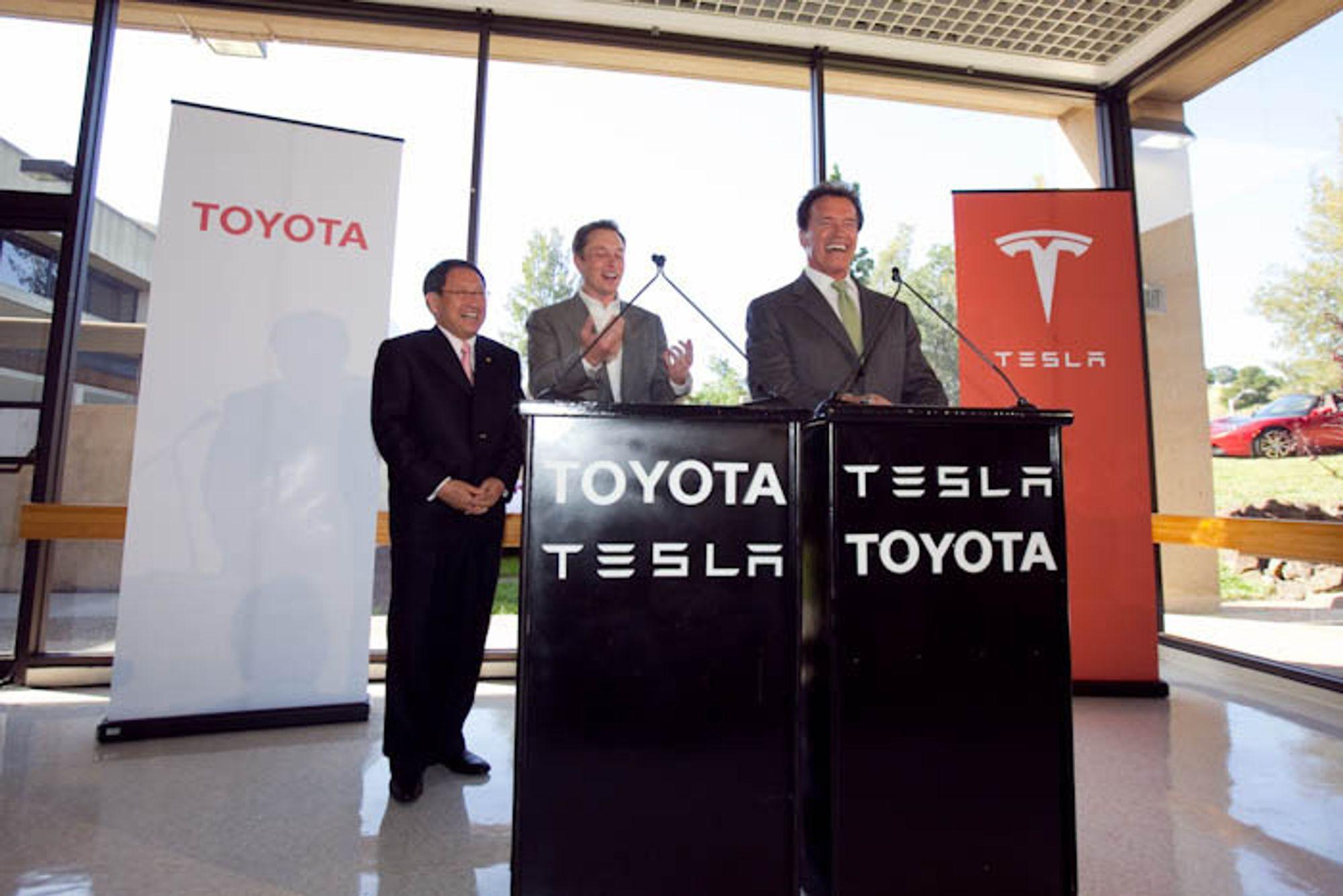 Toyota-sjef Akio Toyoda, Tesla-sjef Elon Musk og californiaguvernør Arnold Schwarzenegger presenterte det nye elbilsamarbeidet på en pressekonferanse torsdag.