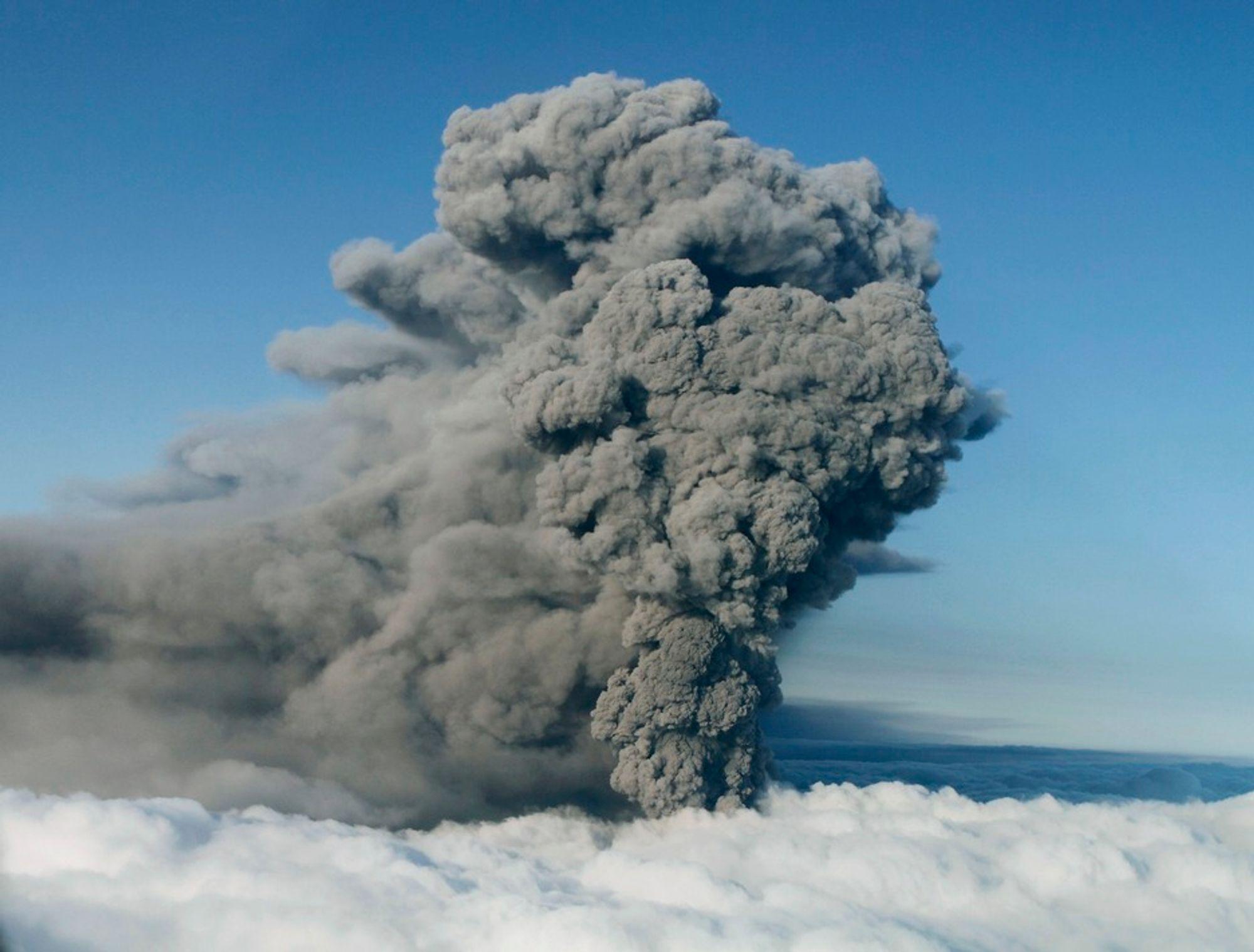 Vulkanen under isbreen Eyjafjallajökull har også denne uka spydd ut aske. Bildet er tatt mandag.