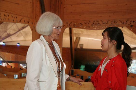 Forsknings- og høyere utdanningsminister Tora Aasland snakker med en av guidene i Norges hus. Her jobber både norske og kinesiske guider. De norske kan kinesisk og de kinesiske kan norsk.