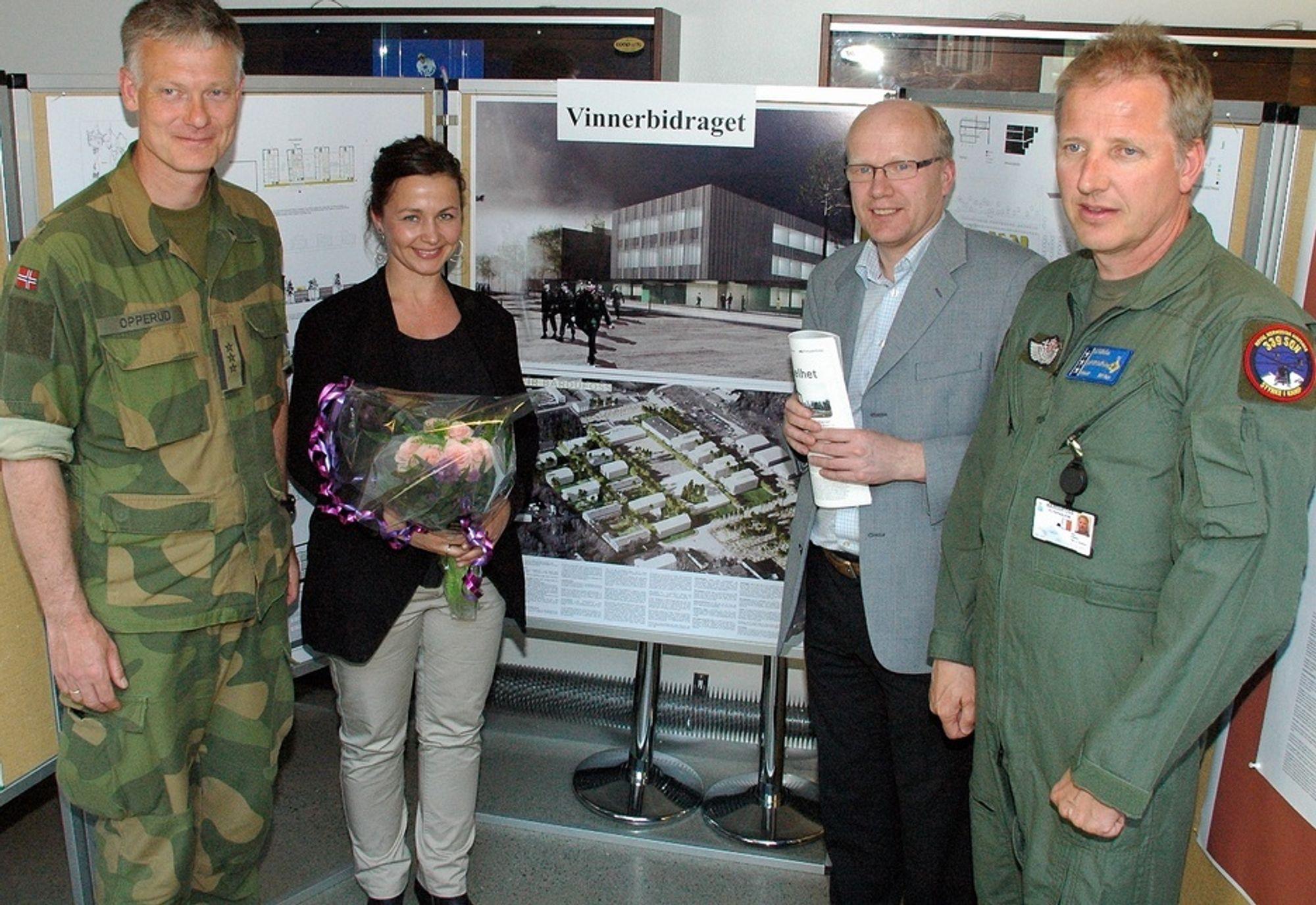 BARDUFOSS: Fra venstre oberst Arne Opperud, arkitekt Camilla Molden, juryleder Hårek Elvenes og oberst Geir Gillebo. I bakgrunnen vinnerutkastet til nytt ledelsesbygg.