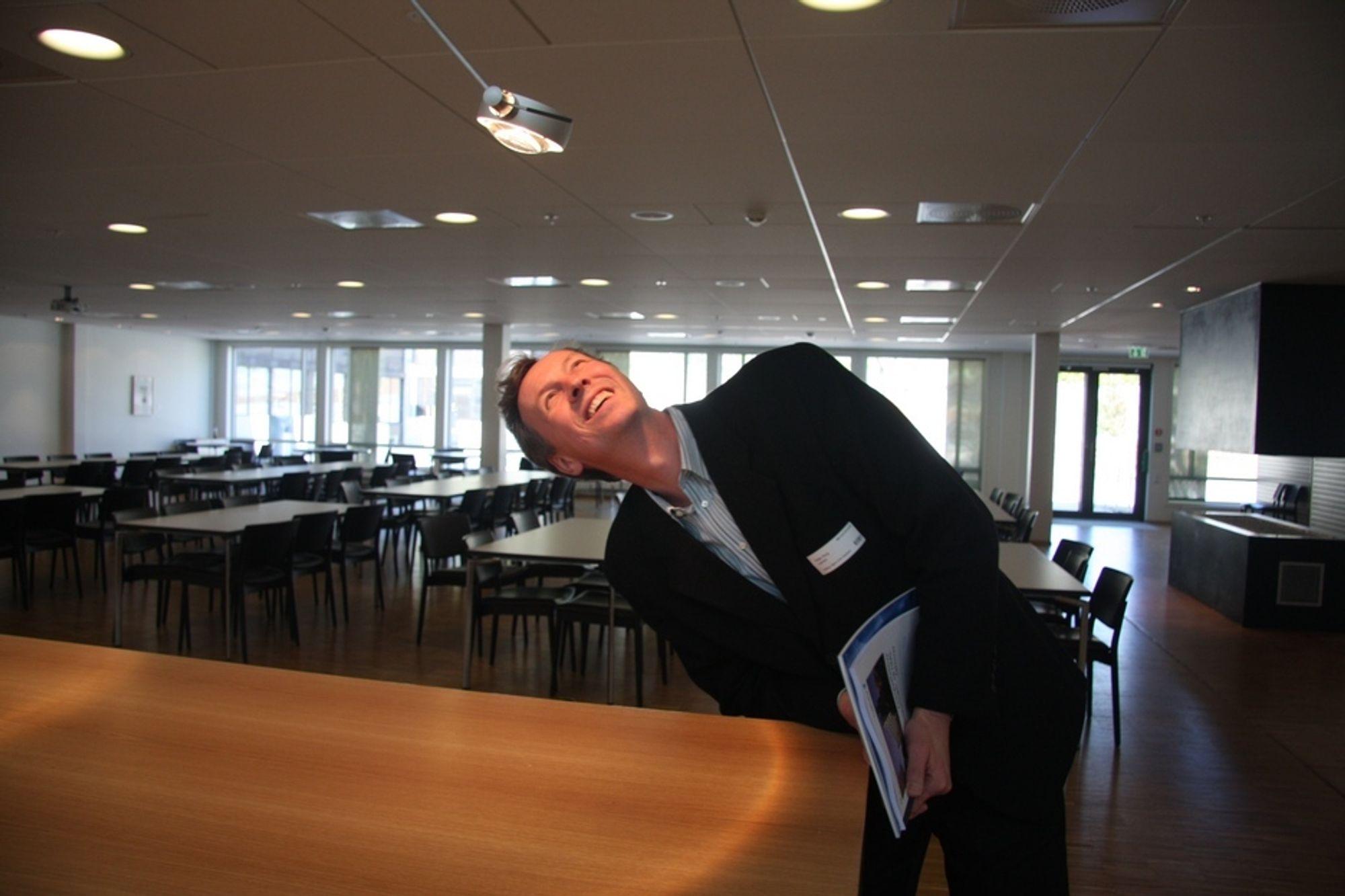 NYSGJERRIG: - Man får kink i nakken av å jobbe i Lyskultur, smiler adm. direktør i Lyskultur, Petter N. Haug. Her i kantineområdet.