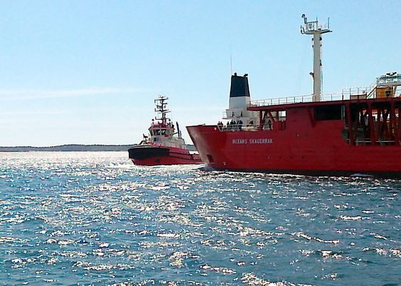 Slepebåten BB Connector kom kabelfartøyet Nexans Skagerrak til unnsetning utenfor Kristiansand lørdag. Kystverket berømmer slepebåtberedskapen i området.