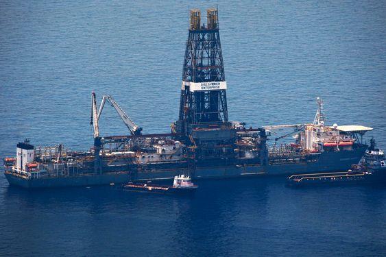 Gigantskipet Discover Enterprise ligger der det meste av oljen kommer opp. Det kan gå en hel uke før BP kommer i gang med et nytt forsøk på å stanse lekkasjen.