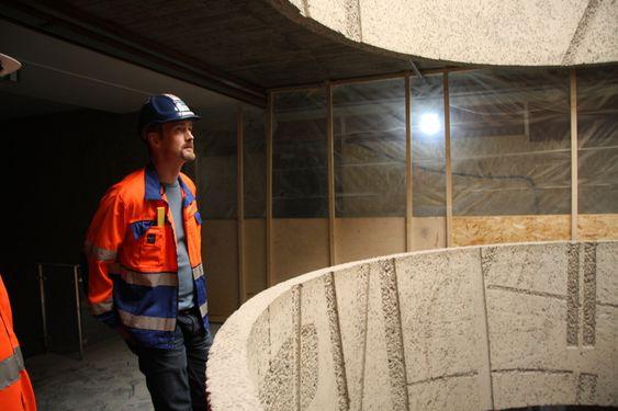 FREDET: Deler av bygget er fredet, blant annet rotunden som går fra topp til bunn. Yngve Jacobsen titter på verket.
