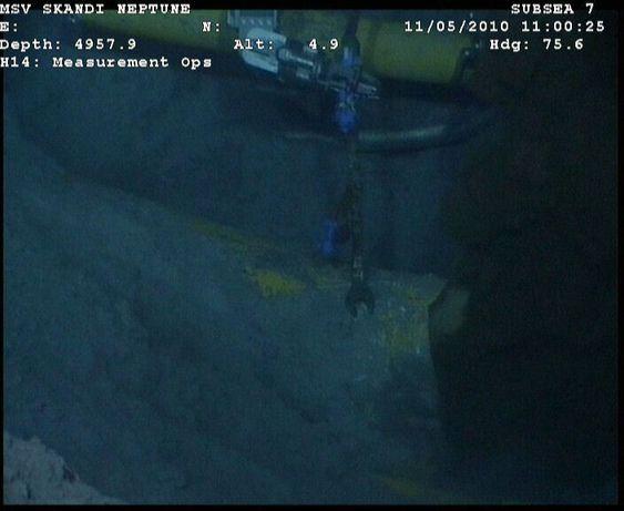 Olje og gass strømmer ut av den havarerte oljeriggen Deepwater Horizon i Mexicogolfen. BP skal om kort tid ta stilling til hvilken metode selskapet skal bruke i et nytt forsøk på å stanse utslippet.