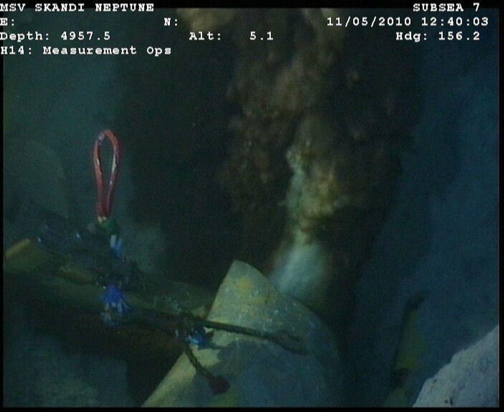 Olje og gass strømmer ut av den havarerte oljeriggen Deepwater Horizon i Mexicogolfen.