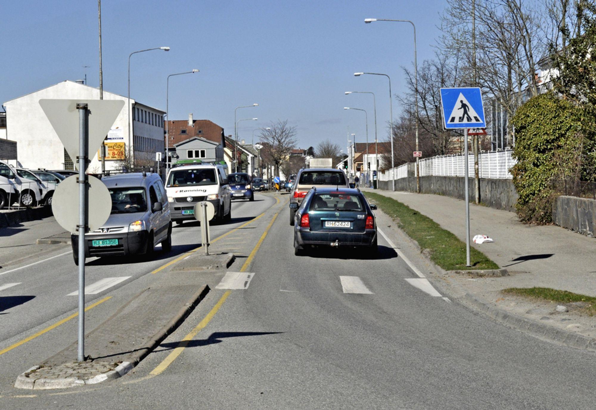 Fylkesveg 44, Hillevågsveien blir forskøvet 7-8 meter mot høyre for å få plass til de to nye feltene. T Stangeland Maskin leder kampen om kontrakten.