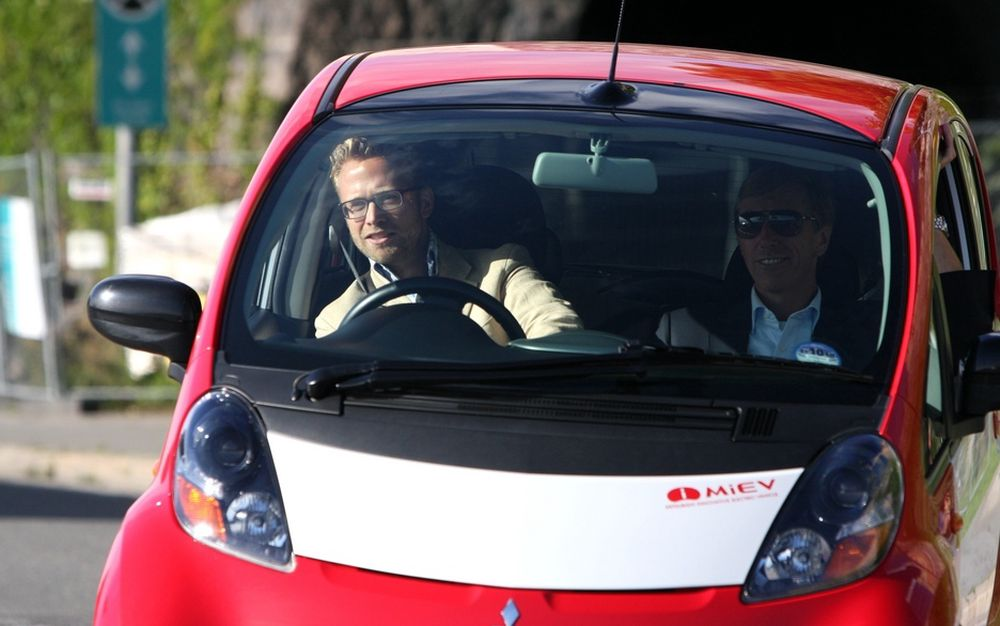 MMC Norge-direktør Bernt G. Jessen (til høyre) satt i kartleserstolen da elbilen i-MiEV deltok i Zero Rally i fjor sommer. Da var bilen et sjeldent syn i Norge. I år kan det bli tusen eksemplarer på norske veier.