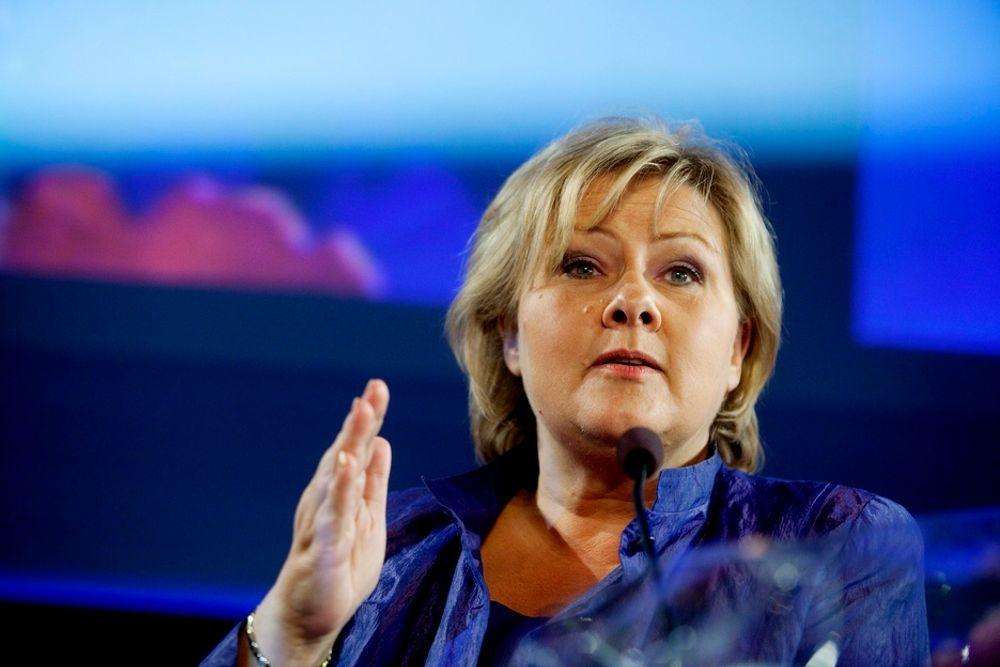 Partileder Erna Solberg og Høyre krever svar fra regjeringen om datalagring.