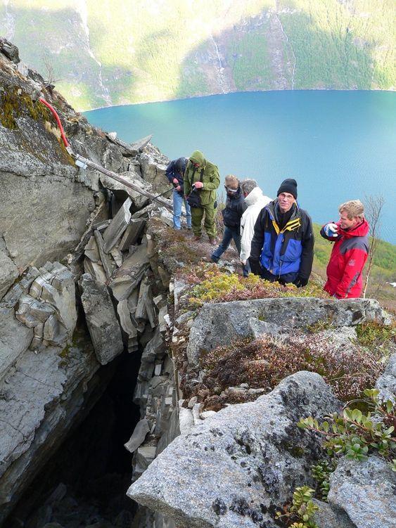 I front på bildet er sjefgeolog ved Åknes Tafjord Beredskap IKS: Lars Blikra (rød jakke) og prof Steinar Nordal NTNU. Bildet er tatt ved Åkneset i mai 2007 i forbindelse med møte og befaring i styret for International Centre for Geohazards (ICG), av undertegnede.