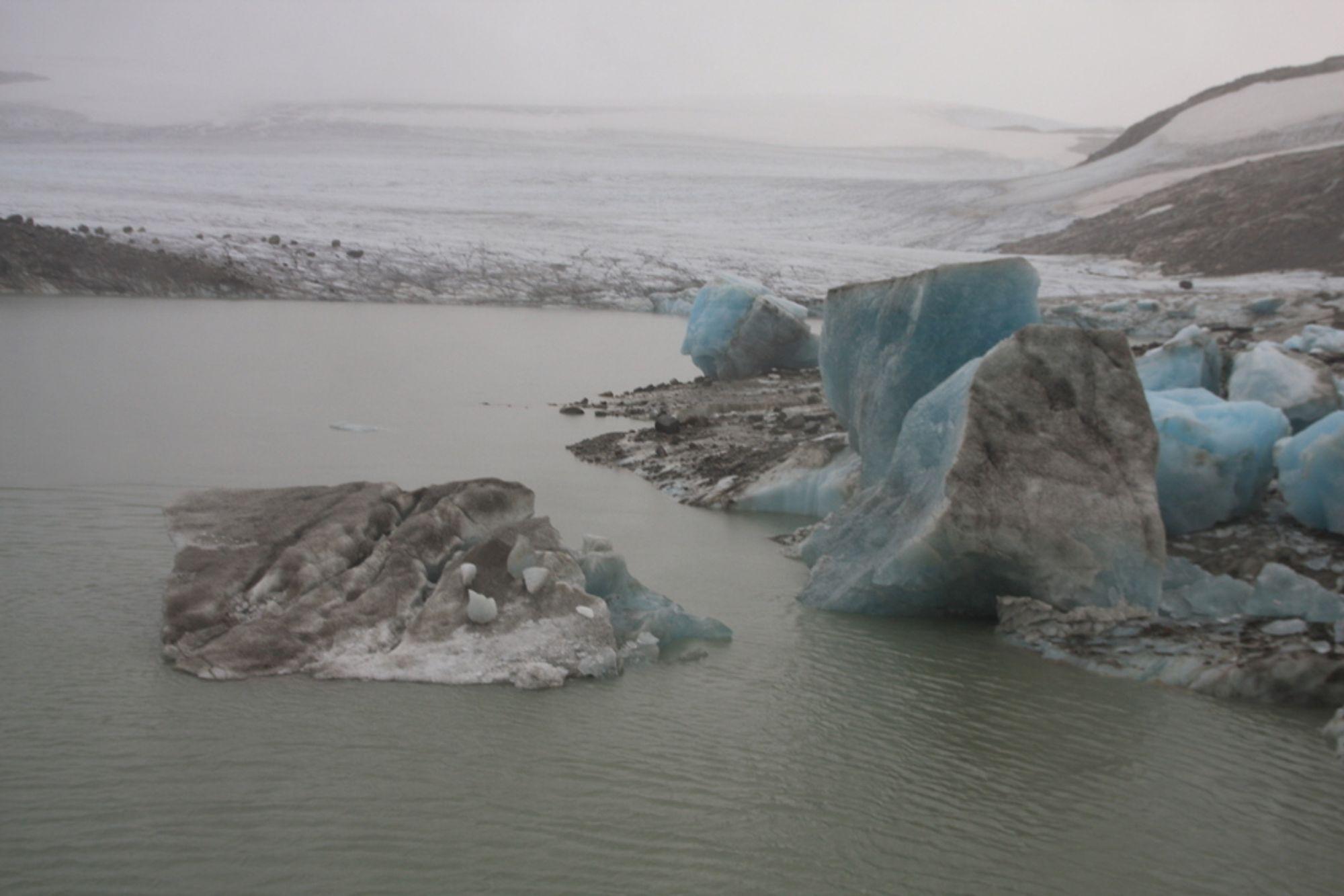 Vann fra Harbardsbreen fylte opp Hydros kraftmagasin i Fortunelva på fredag. Nå er faren for flom over.