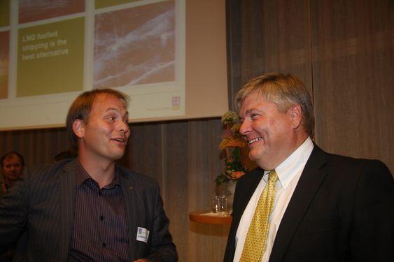 Statssekretær Pål Julius Skogholt  i NHD i samtale med DNV-sjef Henrik O. Madsen (t.h.) etter studentpresnetasjonen av et fiktivt nærskipsfartsrederi basert på LNG-drift.  Fredag 6. augus 2010.