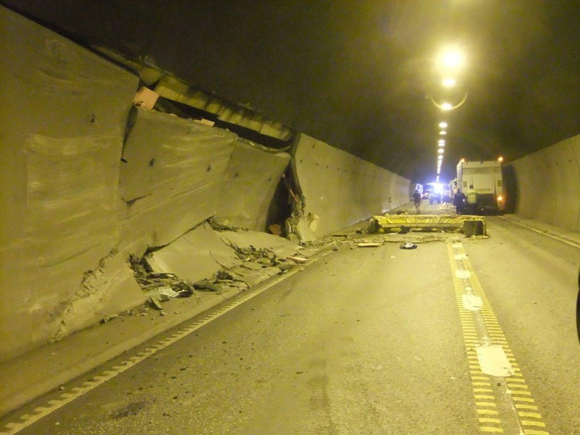 Bambletunnelen er fredag åpen for trafikk etter at et vogntog kjørte inn i tunnelveggen torsdag. Fem av betongplatene i tunnelveggen ble ødelagt i kollisjonen, og farten er satt ned til 50 kilometer i timen fram til nye plater er på plass.