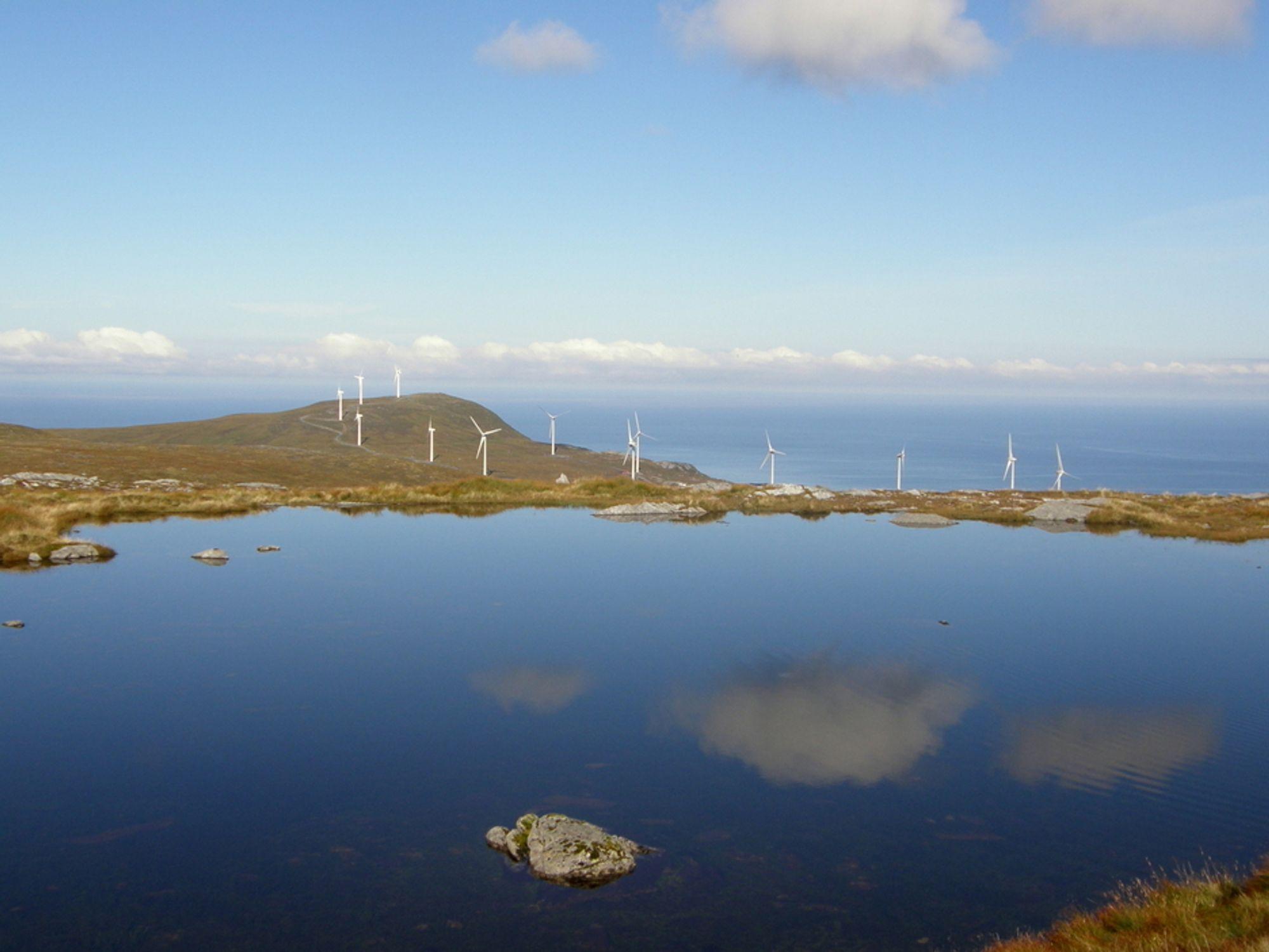 LITT IGJEN: Dong Energy har fortsatt noe eierandeler i norsk vindkraft. Her fra Mehuken II i Vågsøy kommune nord i Sogn og Fjordane.