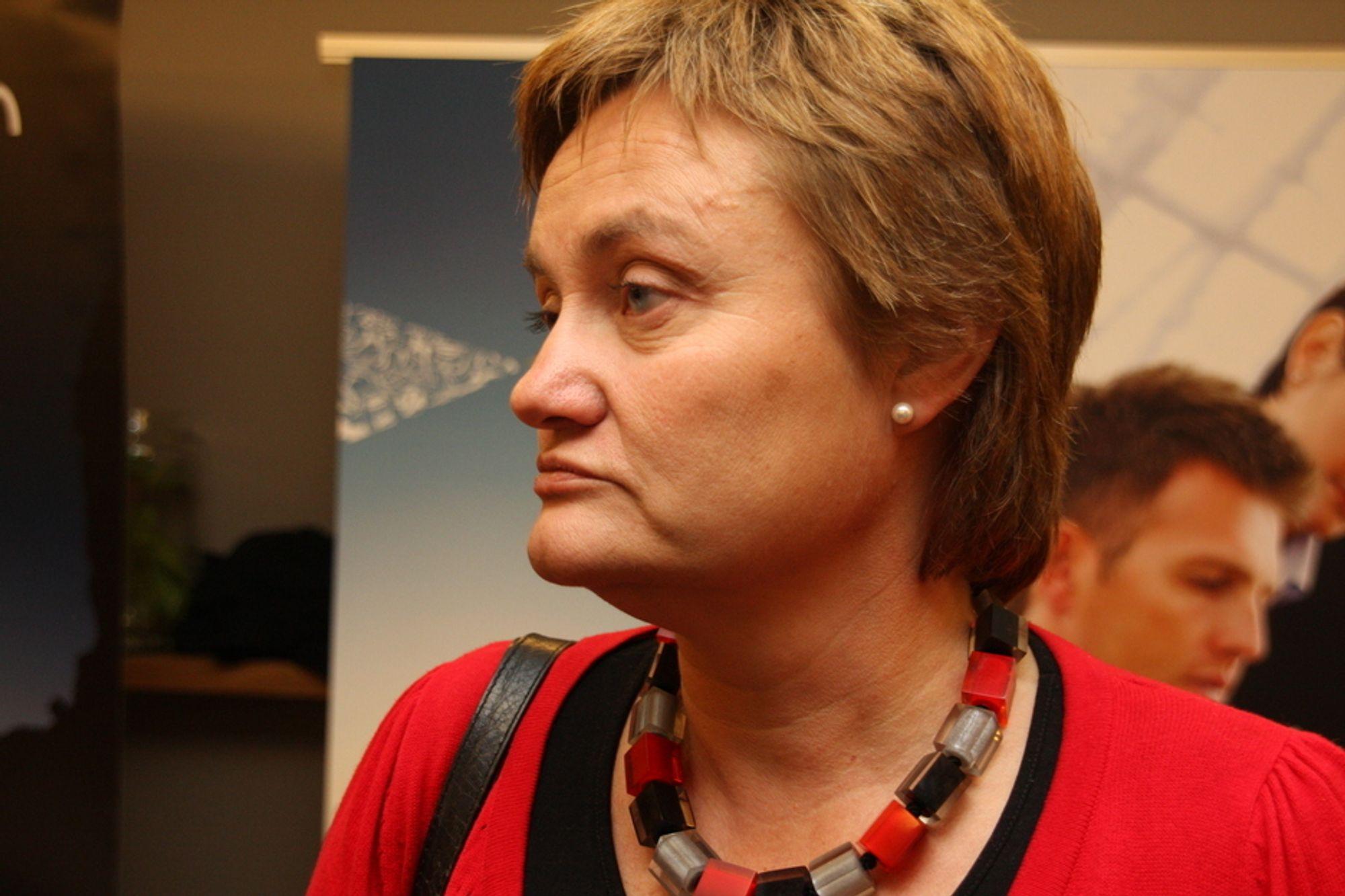 REISER TIL SVEITS: Fornyingsministeren Rigmor Aasrud (Ap) besøker Cern samme dag som fristen går ut.
