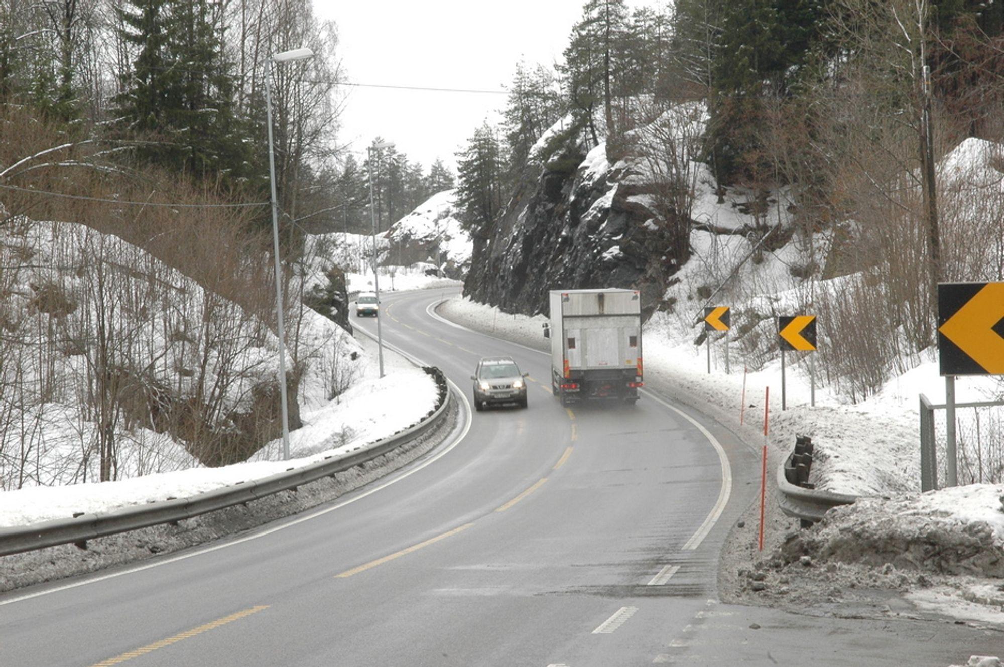 E18: Strelkningen gjennom Bamble er trang og ullykkesutsatt. Her oppstår fort lenge køer og forsinkeleser. Veien har ikke vært ubedret siden begynnelsen av 60-tallet.