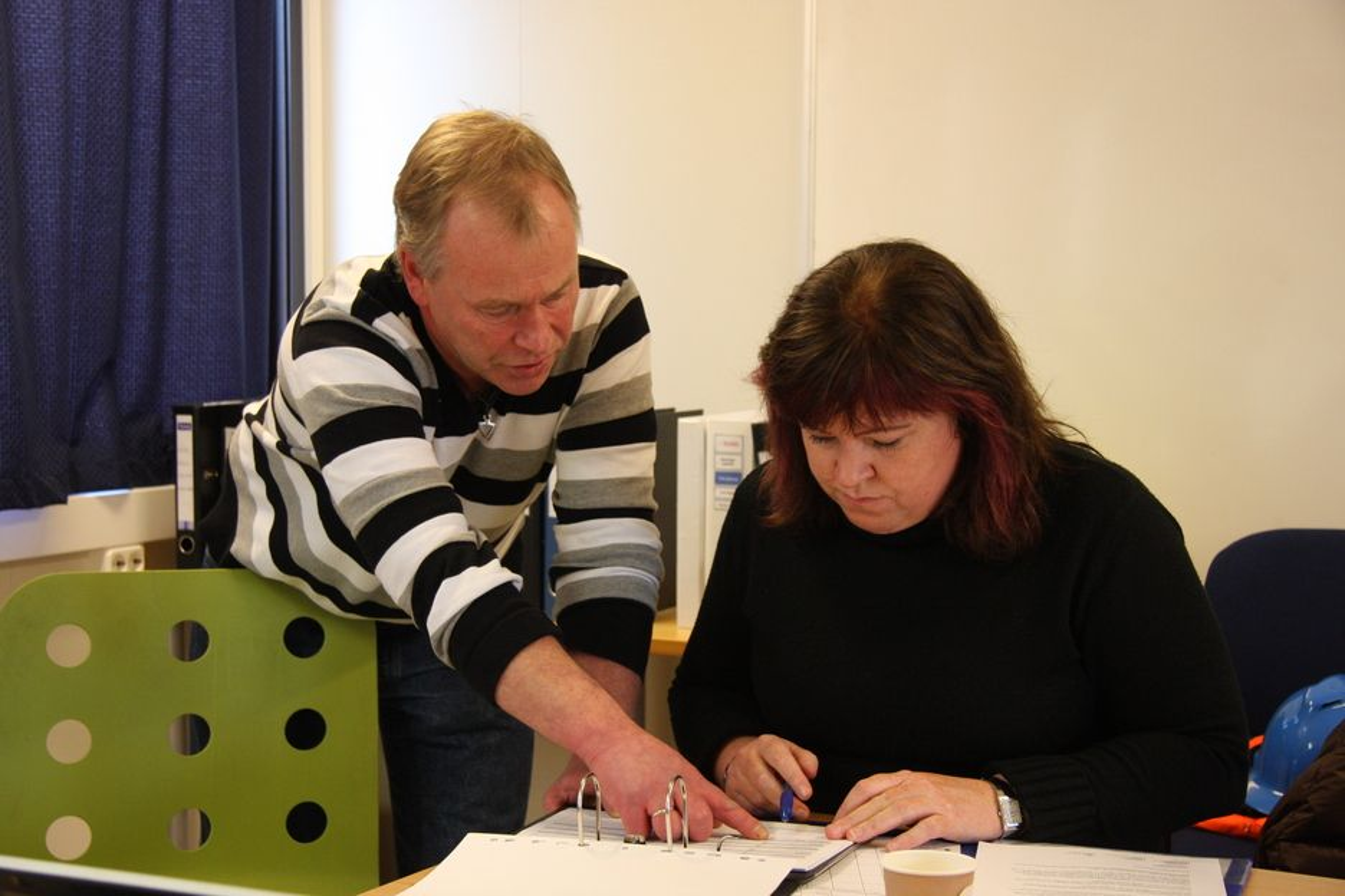 KONTROLL: Geir Nygård, prosjektleder hos Selvaag må dokumentere overfor Karin Sivertstøl fra Vestfjorden byggtilsyn at kontrollrutinene er på plass.