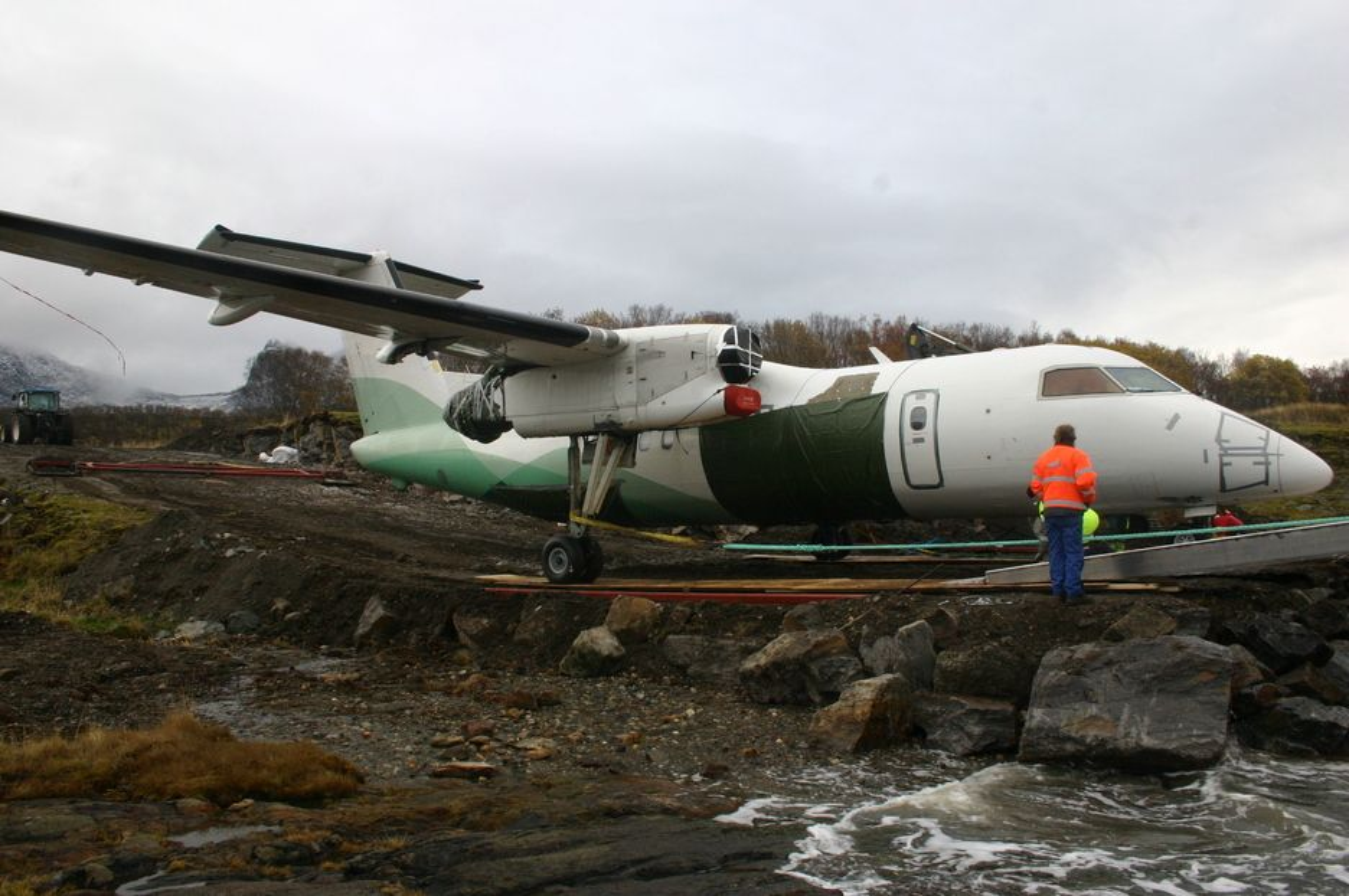 Slep av Widerøefly som havarerte ved Sandnessjøen lufthavn Stokka 15. september 2010. 12. oktober 2010.