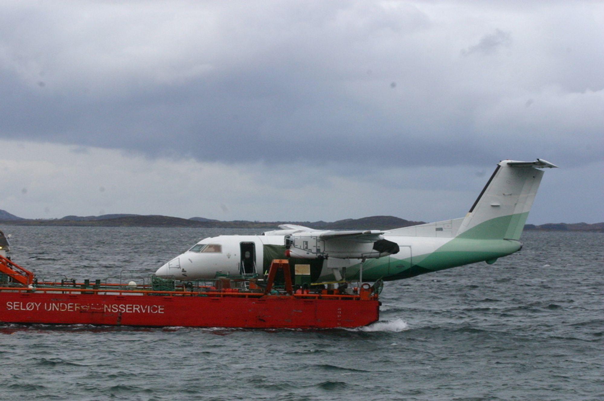 Dash-8-flyet fra Widerøe fikk høyre hovedunderstell ødelagt i en ulykke på Stokka i 2010 og ble fraktet sjøveien til Bodø. Nå er den endelige havarirapporter rett rundt hjørnet, varsler SHT.