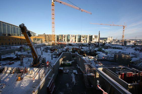 NÆR BADELAND: Hotellet blir liggende nærmest vegg i vegg med Pirbadet, som sees til venstre i bildet. Nederst i bildet kommer tekniske rom og kranen er plassert midt i parkeringskjelleren. FOTO: Joachim Seehusen.