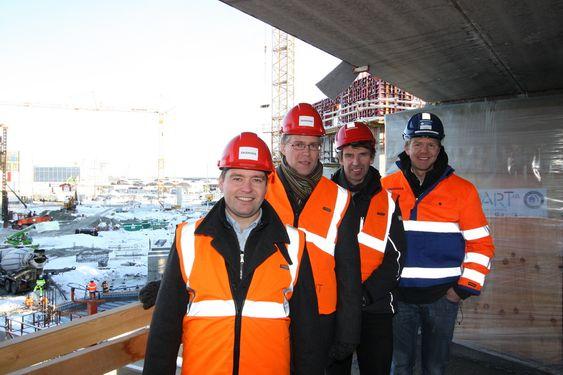 SAMARBEID: Foran fra venstre hotelldirektør Stig Hillestad som følger byggeprosessen tett, Jens Tønnesen og Thore Larsen fra AF Energi og Miljø. Bakerst Bjørn Jenssen Wachenfeld fra Skanska.