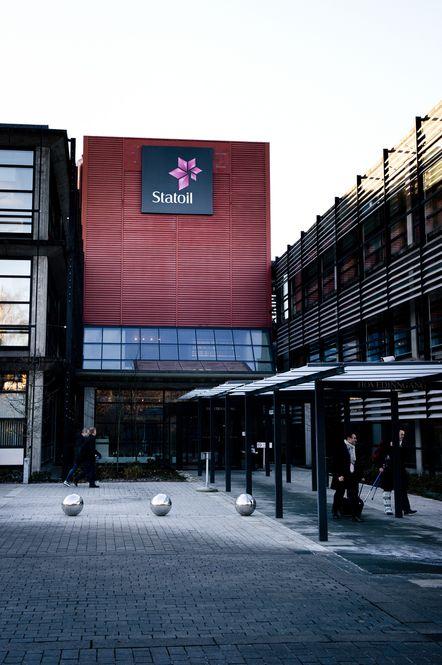 Europakommisjonen holder fortsatt på i en innledende fase etter at de for to år siden fikk hentet ut materiale fra Statoils kontorer basert på en mistanke om at Statoil har drevet med oljeprisjuks. Statoil sier at dette ville ha brutt med alt de står for.