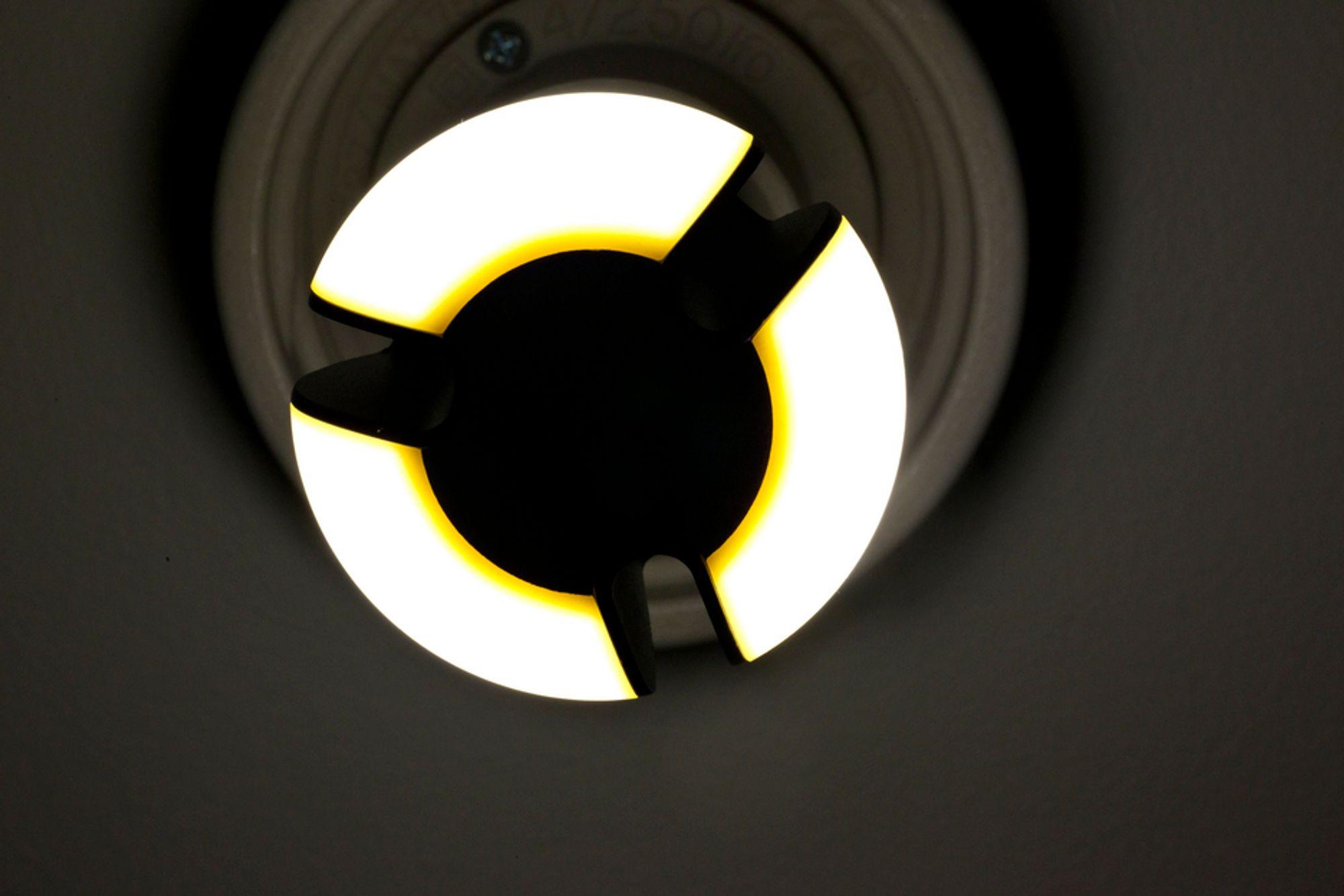 SER LYSET: Barn bør ikke utsettes for kraftig LED-lys, mener det franske byrået Anses. Det kraftige lyset kan irritere netthinnen.