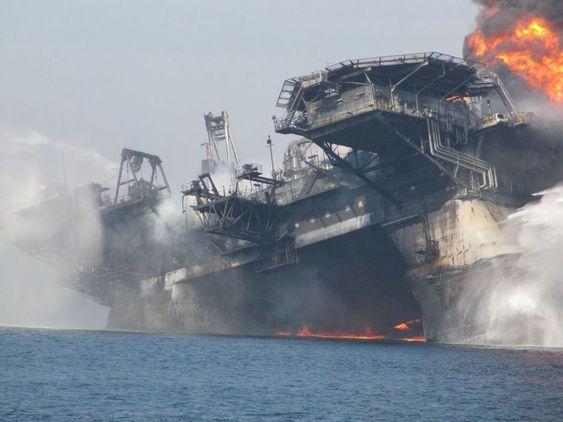 Transocean-riggen Deepwater Horizon brant i to dager før den tipper over og synker, kraftig skadet. Stigerør var fortsatt koblete på og knekker. Olje lekker ut fra stigerøret.