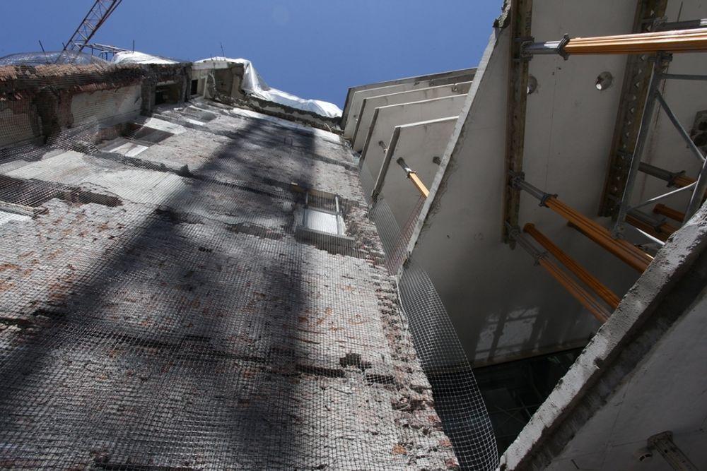 UFERDIG: Det ser mer ut som en rivingstomt enn som en byggeplass. Til venstre det eldste eksisterende bygget, til høyre det halvferdige 10 år gamle bygget.