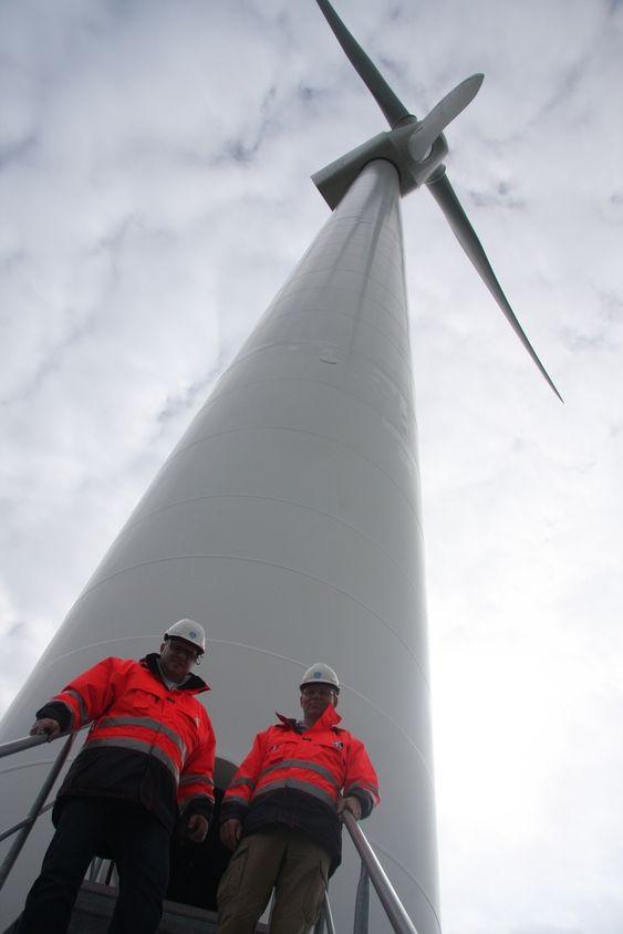 NY GIV:   Kristian Holm, operasjonsleder i GE Wind Energy AS i Verdal er glad for å kunne spille ball med flere hundre andre forskere. her sammen med direktør Eystein Aspesletten i GE Energy Norge.