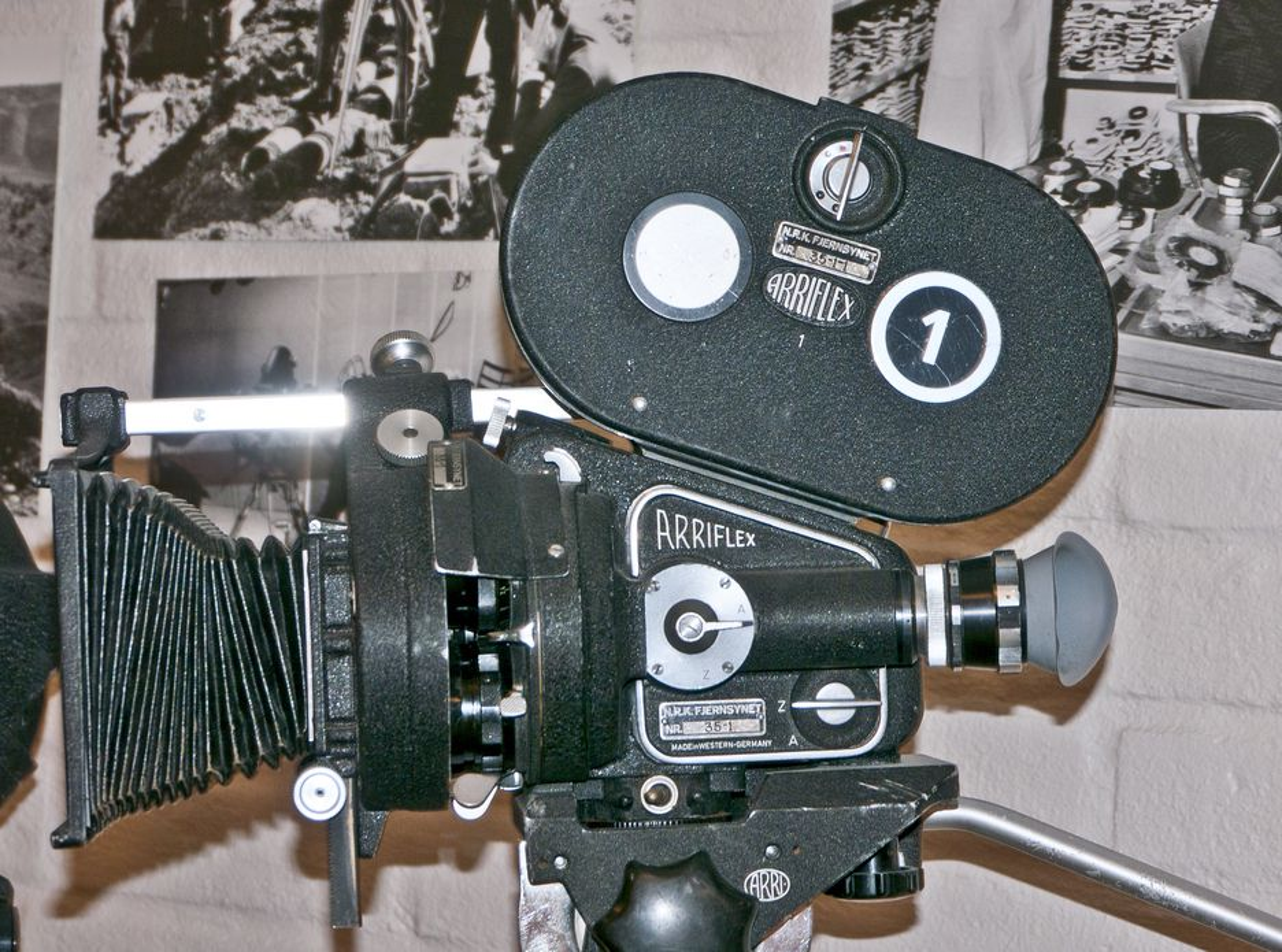 FILM: Det tok lang tid før video var bærbart. NRK var storforbrukere av film som ble brukt i sendingene, og dette bærbare kameraet var et typisk feltinstrument.