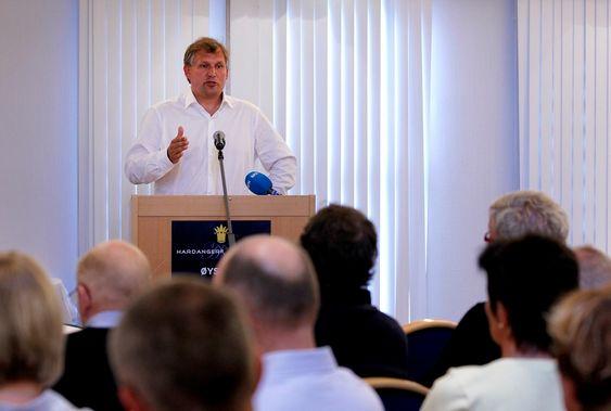 Olje- og energiminister Terje Riis Johansen da han snakket om den planlagte kraftlinja gjennom Hardanger til en forsamling i Øystese forrige uke. Onsdag kveld møter han medlemmene i Hardangerrådet for å diskutere den videre prosessen med gjennomgangen av sjøkabelalternativet.