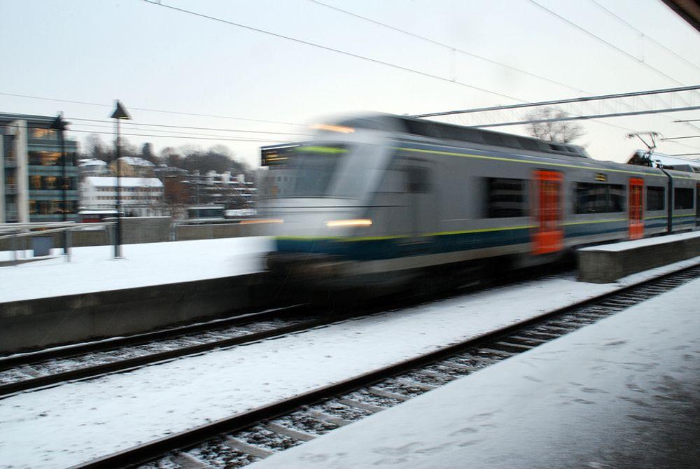 Samferdselsdepartementet har bestilt en rapport som sier at Flytoget bør prioriteres foran pendlertogene til NSB når det åpnes for flere avganger gjennom Oslotunnelen fra 2012.