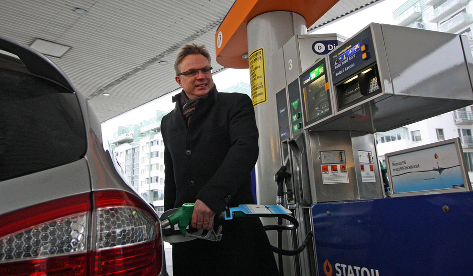 Statoil slutter nå med innblanding av biodiesel i dieselen som selges der det er ekstra kaldt. Dette bildet er fra da administrerende direktør Dag Roger Rinde i Statoil Norge AS lanserte et annet produkt, Bensin 95 med fem prosent etanol, som første oljeselskap i Norge tidligere i år.
