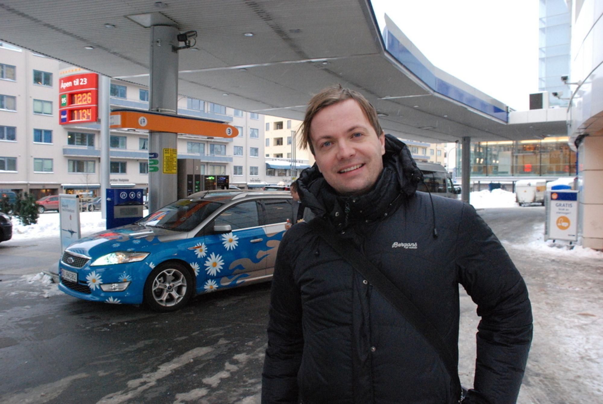 FORNØYD MED STATOIL: - Statoil gjør dette på tross av Jens, sier Einar Håndlykken i Zero. Han er fornøyd med at Statoil nå blander inn fem prosent bioetanol inn i vanlig bensin.
