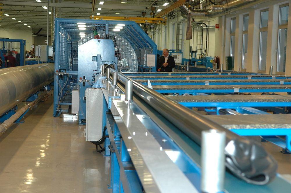 NY: Den største investeringen er en maskin som kan spinne 11 forskjellige elementer inn i et rør. Selve røret spinnes rundt en stålkjerne som trekkes ut etter at røret er ferdig vulkanisert. Hver lengde er på 15 meter.