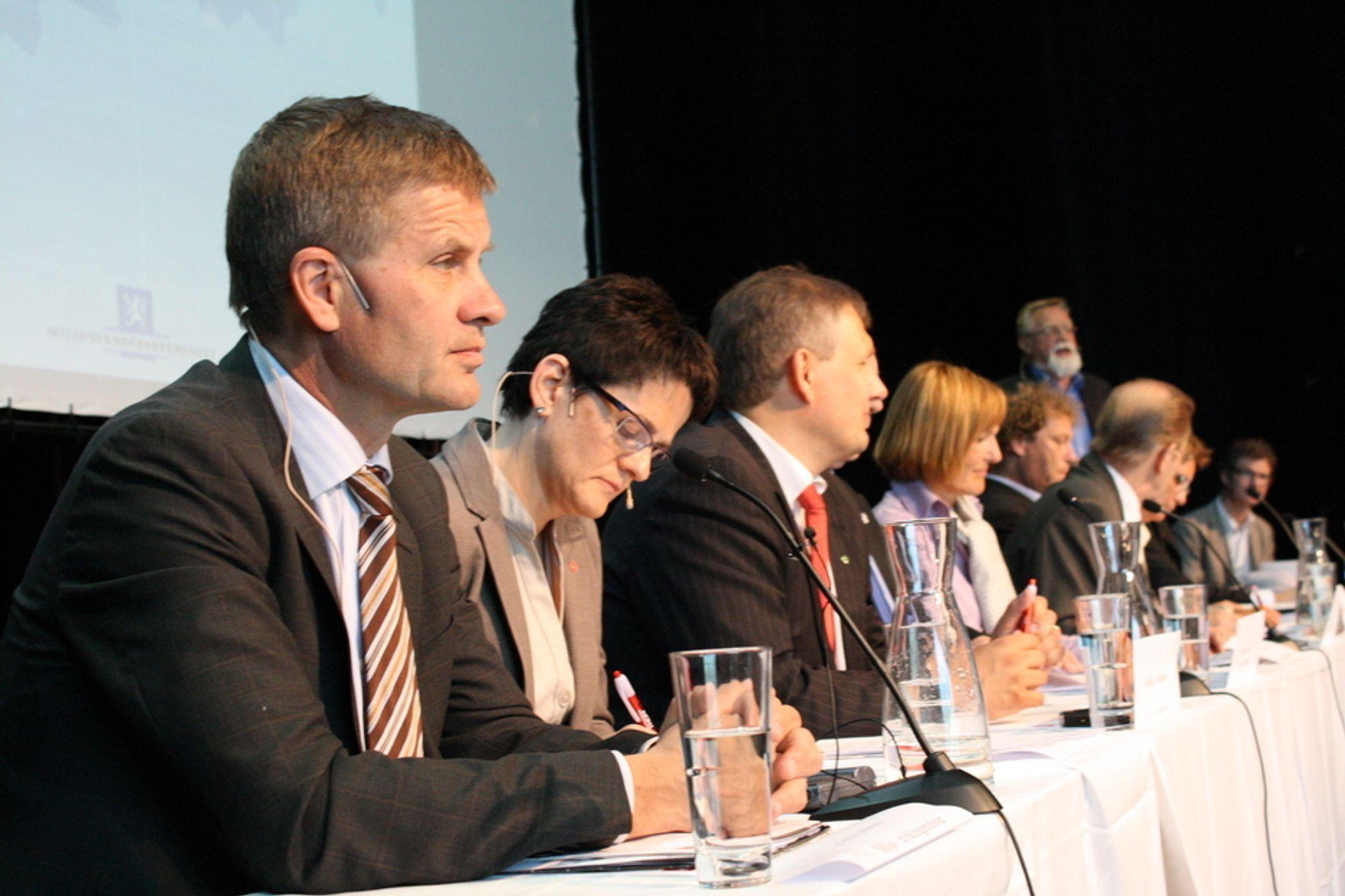 TAR SEG BEDRE TID: Miljøvernminister Erik Solheim (SV), fiskeri- og kystminister Lisbeth Berg-Hansen (Ap) og olje- og energiminister Terje Riis-Johansen (Sp) under høringskonferansen i Svolvær i dag.