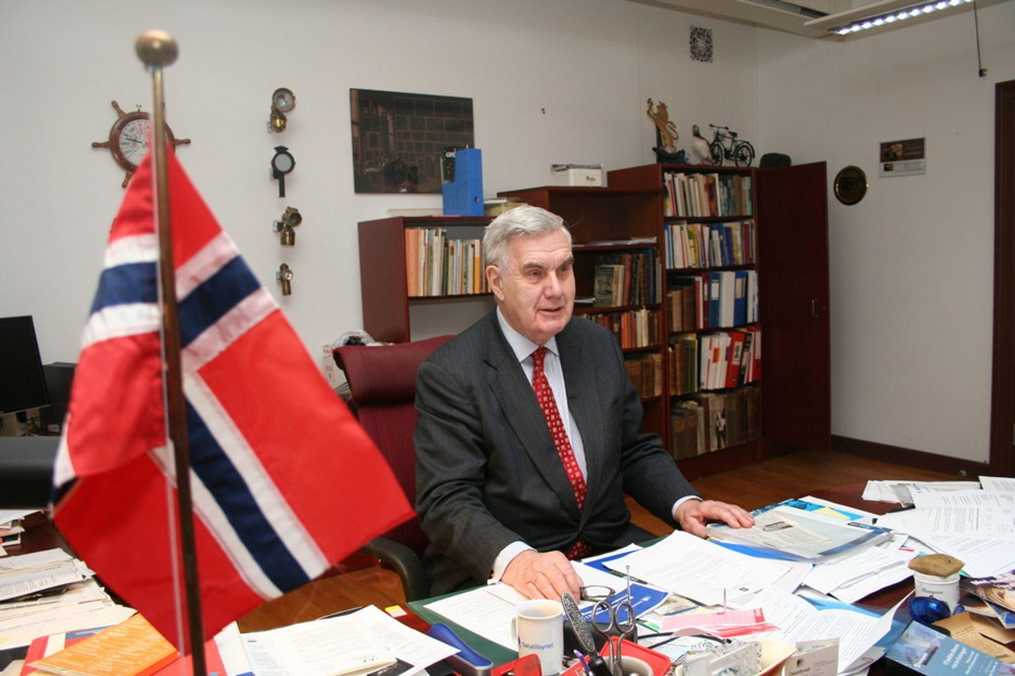 HEDRES: Georg Apenes hedres med utmerkelse fra Kongen for sin innsats i Datatilsynet.