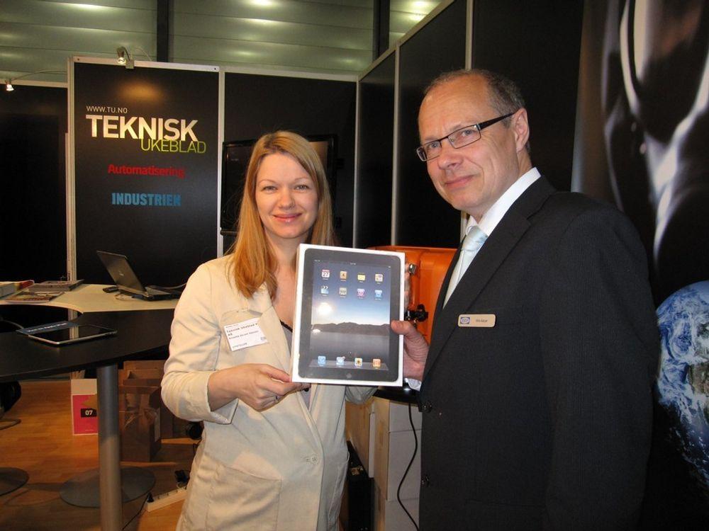 Teknisk Ukeblads Anette Skram Hansen overrakte Ipad'en til Nils M. Akjer i Deif.