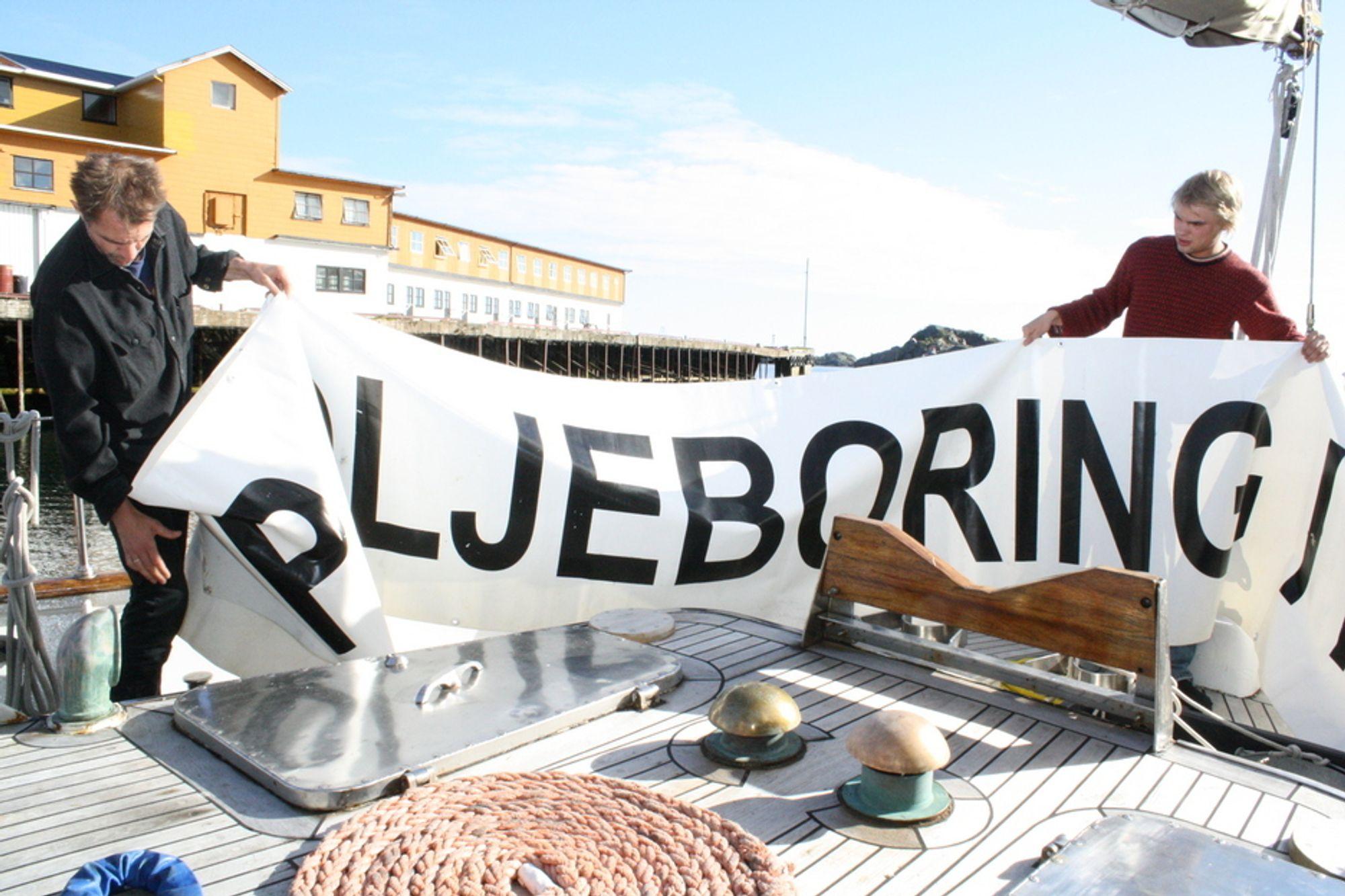 FORBEREDT: Bellona-skipper Sigurd Enge (t.v.) klargjør bannere dagen før dagen.
